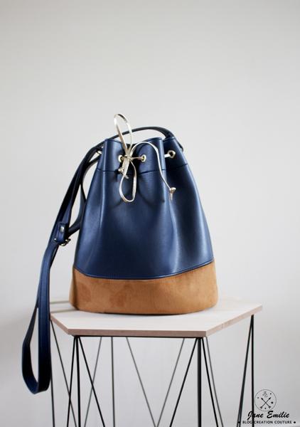 19a67543f4 La bandoulière est ajustable et confectionnée dans le même simili que le sac.  Pour l'attache, j'ai opté pour des cavaliers pontet de chez DécoCuir, ...